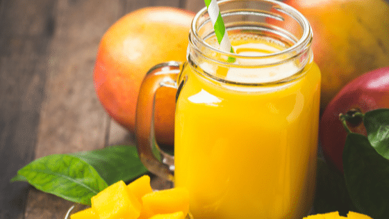 Low Carb Mango Smoothie mit Kokosmilch